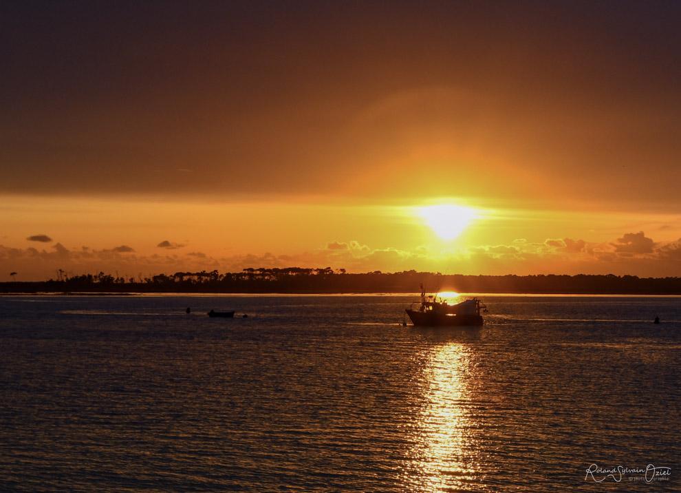 Coucher de soleil avec un bateau de pêche