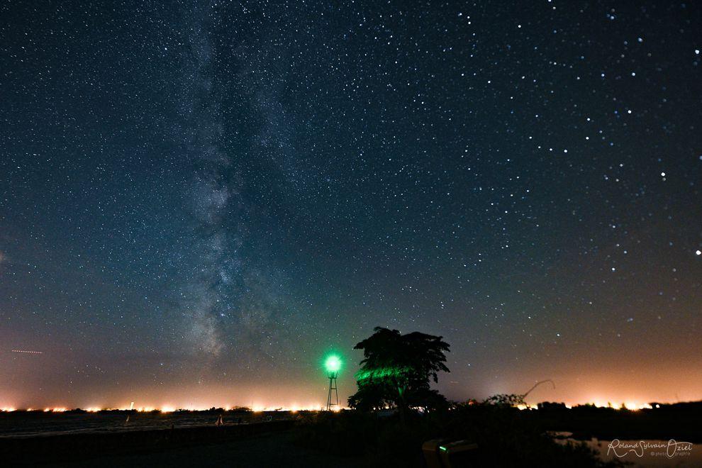 Photo nocturne du ciel avec voie lactée sur le passage du gois en Vendée