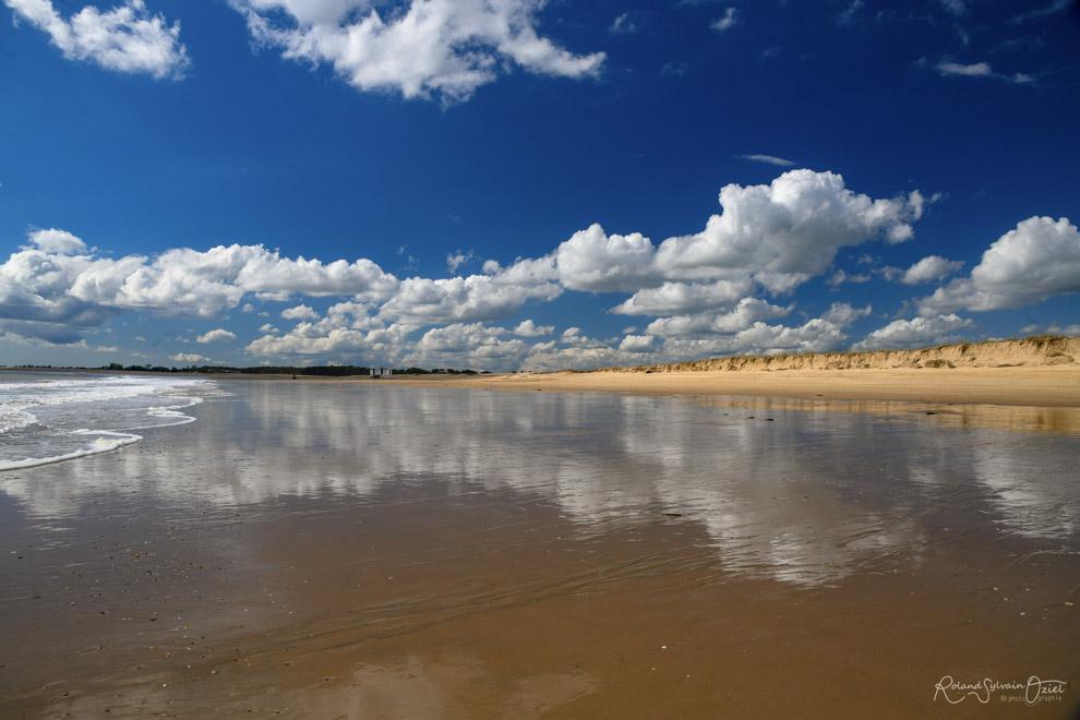 Reflet des nuages sur la plage des bélougas de la faute sur mer