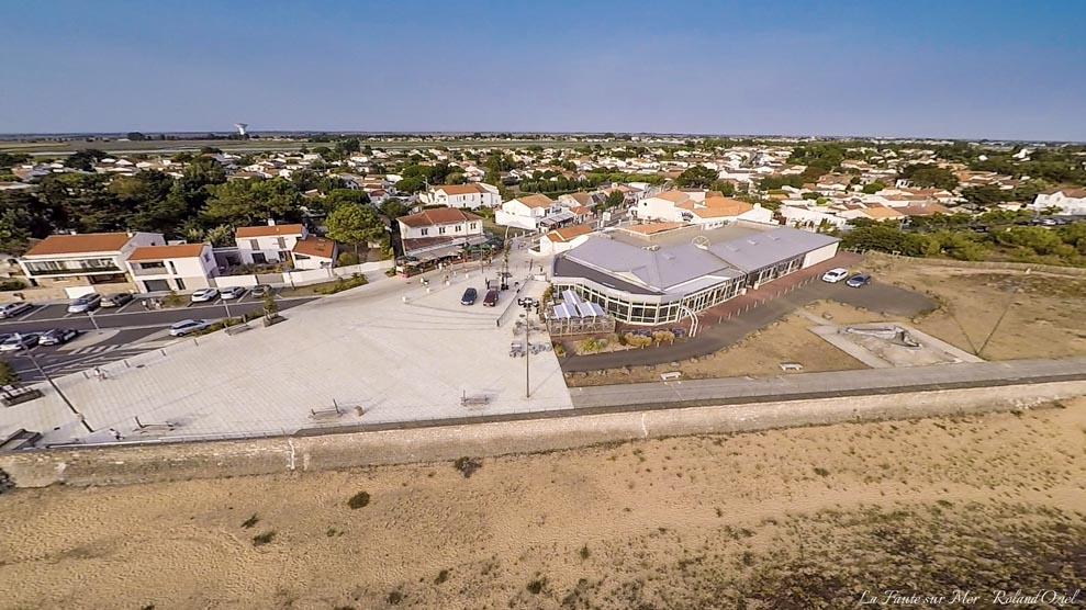 Photo aérienne du casino de la faute sur mer balade à partir de nos gîtes ou chambres d'hôtes