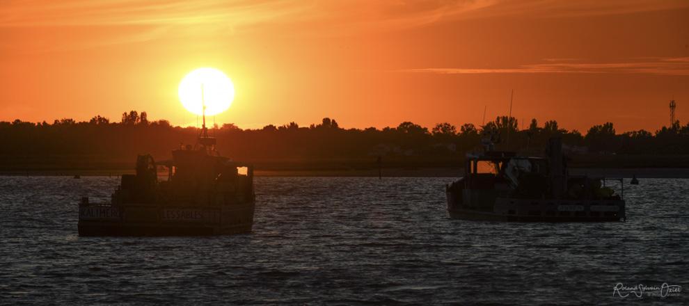 Coucher de soleil avec 2 bateaux de pêche en premier plan