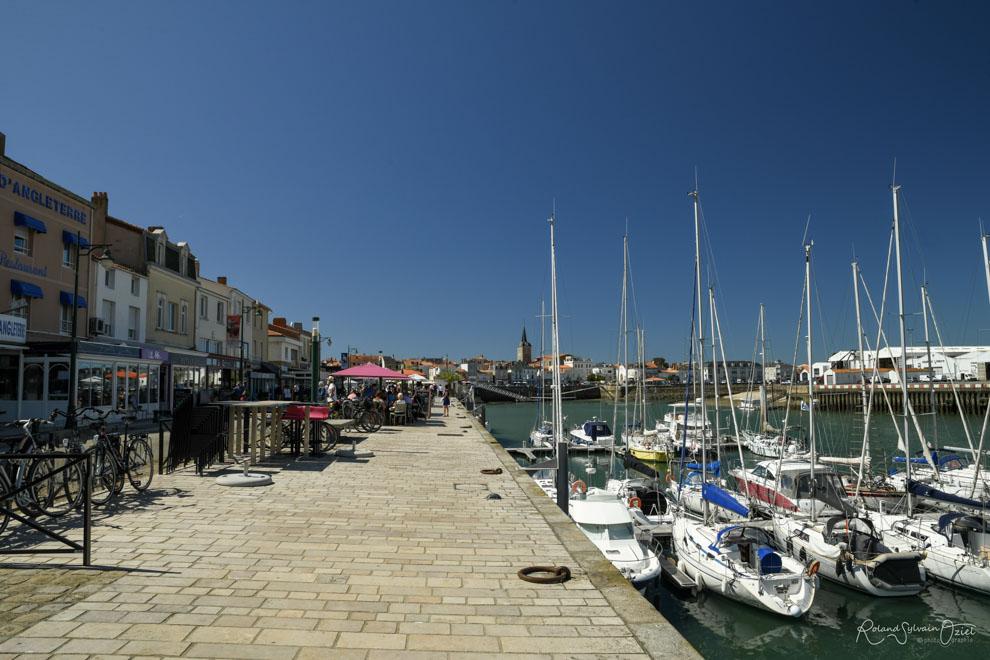 le long du quai des restaurants proposent des spécialités culinaires et des menus à base de produits de la mer.