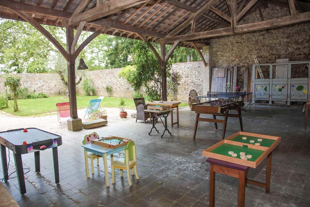 Chambres d'hotes pour les enfants avec préau et jeux en bois proche du puy du fou