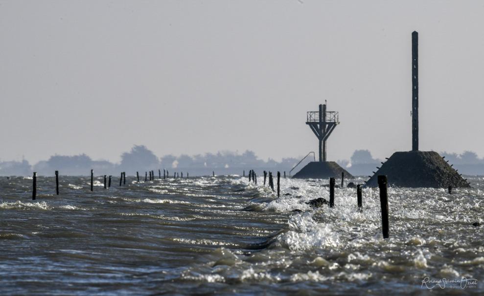 Les eaux recouvrant le Passage du gois avec un fort courant parfois.