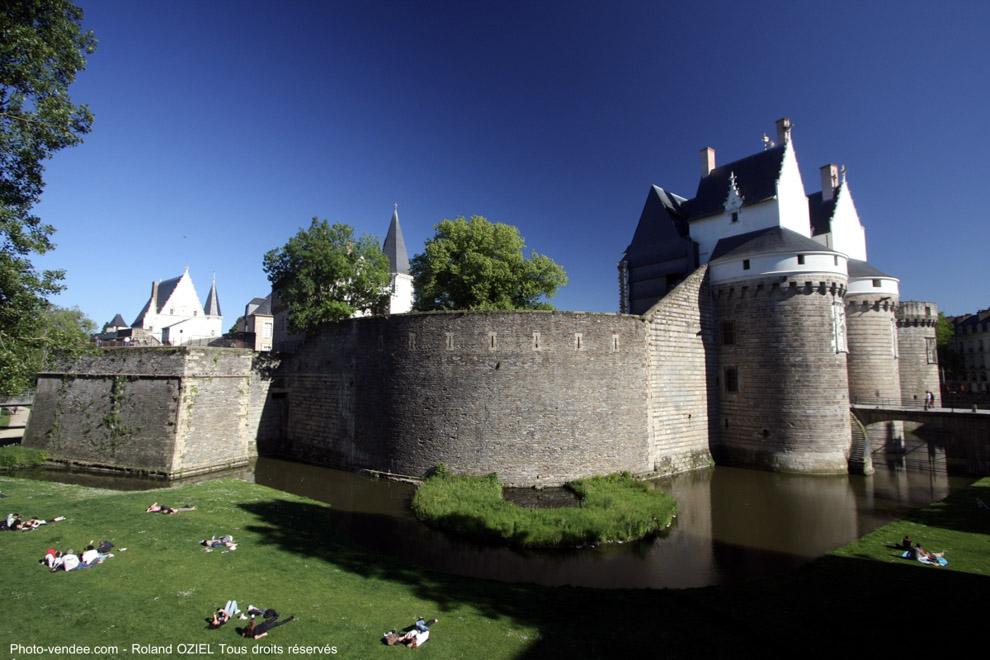 Tour et espace vert autour du Château des Ducs de Bretagne à Nantes
