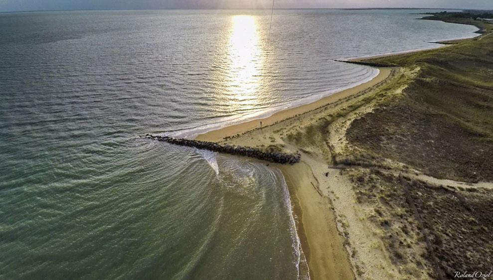 Construction d'épines maritimes pour lutter contre l'érosion des plages et la disparition du sable