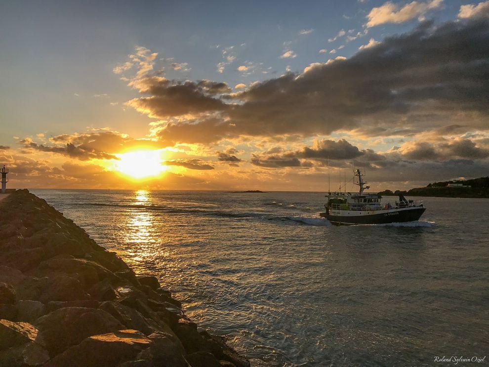 Bateau de pêche entrant dans le chenal après une méritante campagne de pêche.